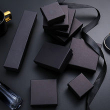 24 adet/grup Kraft kutusu kağıt mevcut ambalaj kutusu yüzük küpe kolye koruma noel hediyesi kutu 5x5cm Can özel Logo