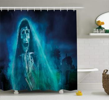 Cortina de ducha de Halloween calavera mujer espeluznante en cementerio, cementerio, tumba rodeada, en la noche oscura