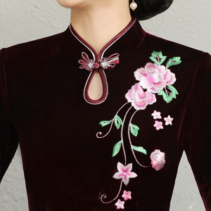 Image 4 - And Thickened Long Nine Sleeve Cheongsam Dress Improved Retro Mother Velvet Cheongsam Embroidery Autumn And Winter 2020