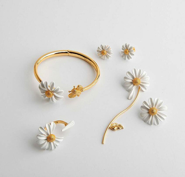 CSxjdใหม่คุณภาพสูงบุคลิกภาพสีขาวDaisy Sunดอกไม้Beeเปิดสร้อยข้อมือ