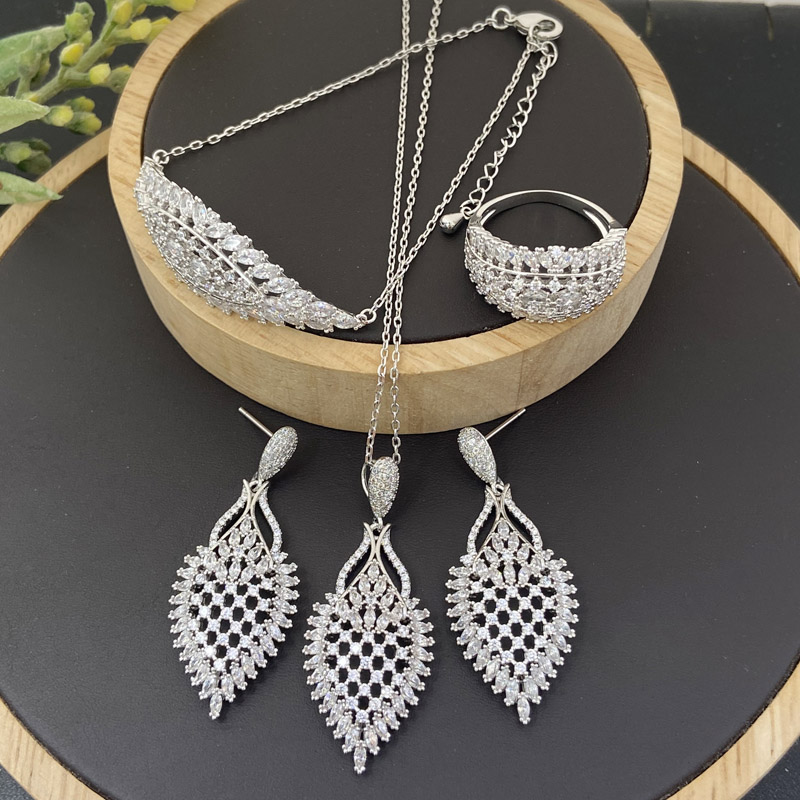 Lanyika Modeschmuck Gesetzt Hohl Twill Zirkonia Micro Pflastern Halskette mit Ohrring, Armband und Ring für Frau Bankett Geschenk