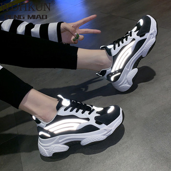 Zapatillas de deporte para mujer, zapatos reflectantes transpirables de suela gruesa para mujer, zapatos negros para papá, zapatillas de plataforma coreanas de primavera, zapatillas para mujer