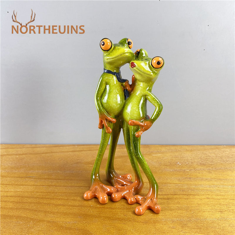 NORTHEUINS 18cm Resin Hugging Couple Frogs Figurines Modern Creative Valentine's Day Gifts Office Home Living Room Decoration
