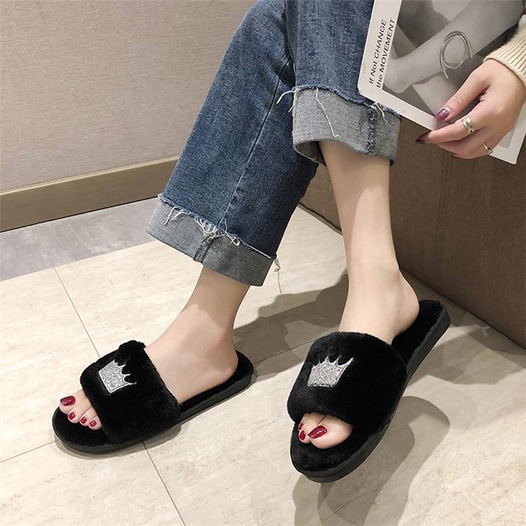 Hafe2d652f4334652b907c5dc00a9fb13U Mulheres chinelos de pele de inverno de pelúcia quente plana indoor sapatos moda feminina padrão coroa casa rosa chinelos macios slides