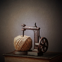 16cm Iron Sewing Machine Rope Winder Figurines American Country Window Display Props Decoration Ornaments Retro Nostalgia