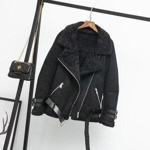 Image 4 - Kobiety zamszowa kurtka futro luźny, gruby ciepły płaszcz ze sztucznej skóry owczej nowe zimowe motocyklowe futro jagnięce jedna kobieta futro kurtka odzież wierzchnia