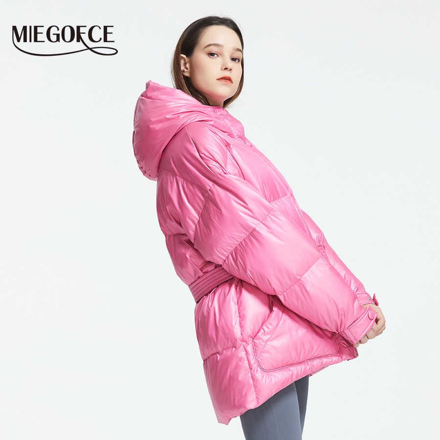 MIEGOFCE 2019 Новая зимняя женская куртка высокое качество яркие расцветки утепленные дутые куртки стойкий воротник с капюшоном Куртка утепленная свободного кроя с ремнем на поясе подчеркивает талию
