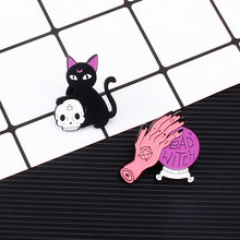 2 Pcs/set Penyihir Buruk Pin Bola Kristal Penyihir Tangan Kucing Hitam Tengkorak Kepala Pin Set Keras Enamel Pin Halloween Perhiasan aksesoris Hadiah(China)
