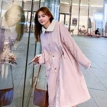 Scène tournage doudoune hiver dans la nouvelle longue veste en coton rembourré coton femmes étudiants long manteau de laine agneaux sur le genou