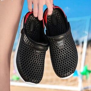 Image 5 - 2020 nuevas sandalias calzado con agujeros unisex zapatillas agujero calzado para jardín Crocse Adulto Cholas Hombre sandalias