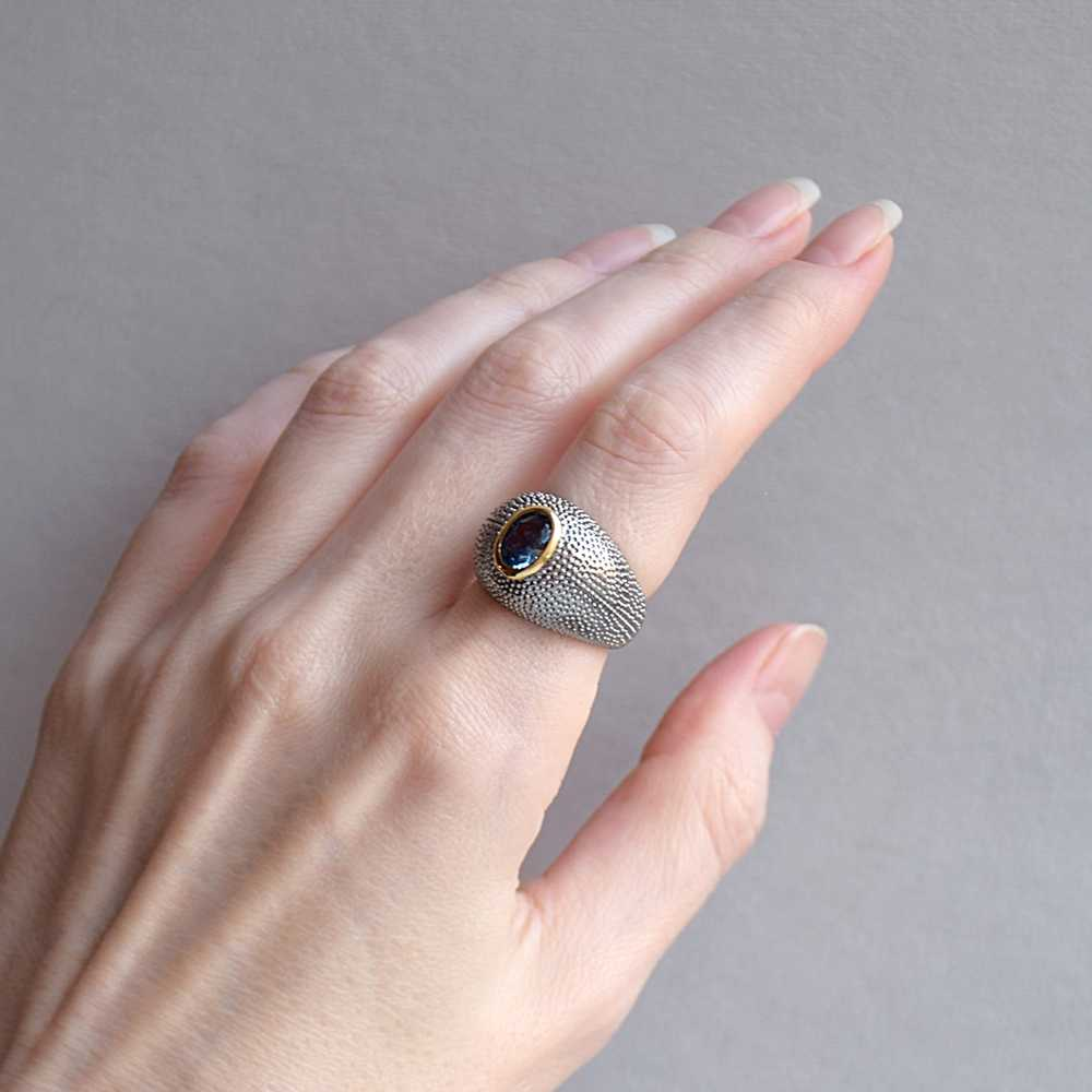 DreamCarnival1989 anillo de solitario único para mujer circonita azul anillo de joyería femenina delicada superficie de puntos ordenados selección caliente WA11790