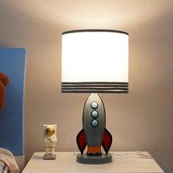 Nowoczesny amerykański rocket lampa stołowa kreatywny żywica LED w stylu art deco lampka na biurko dla chłopca dzieci sypialnia lampka nocna pokój do nauki e27 w Lampy stołowe LED od Lampy i oświetlenie na