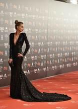 Женское длинное платье со шлейфом черное плиссированное с рукавами