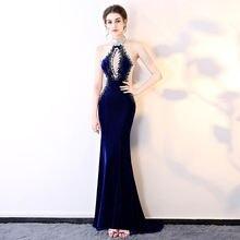 Женское атласное платье с лямкой на шее длинное синее в стиле