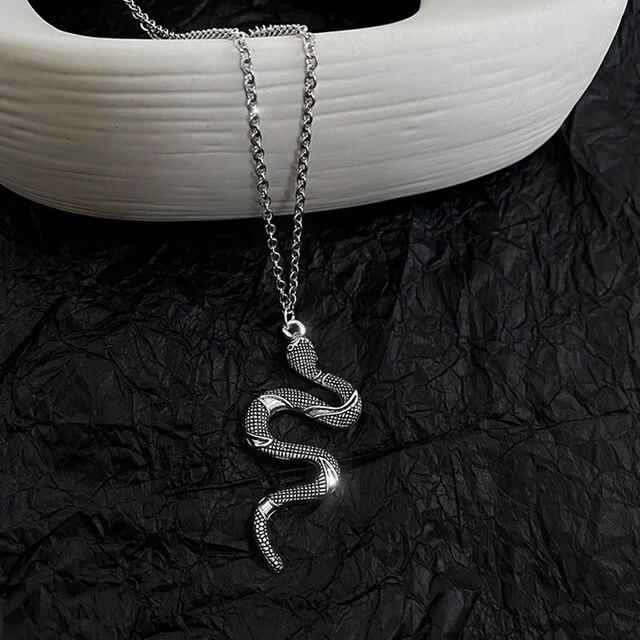 Женское ожерелье в виде змеи