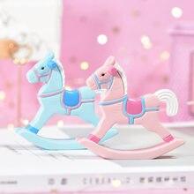 Kawaii cavalo de madeira dos desenhos animados estatuetas em miniatura resina cavalo de balanço moda desktop escritório decoração para casa acessórios meninas presente