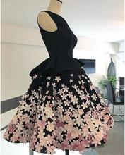 Маленькое черное атласное коктейльное платье с цветной 3d аппликацией
