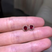 Природные Мозамбик в классическом стиле Цвета красочные кровь голубей рубин из золота 18 карат Halo Серьги-гвоздики с бриллиантами
