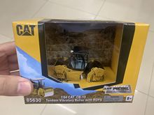 Caterpillar Cat CB13 тандемный Вибрационный каток с Rops 1:64 масштаб литой модели DM85630 Новый в коробке