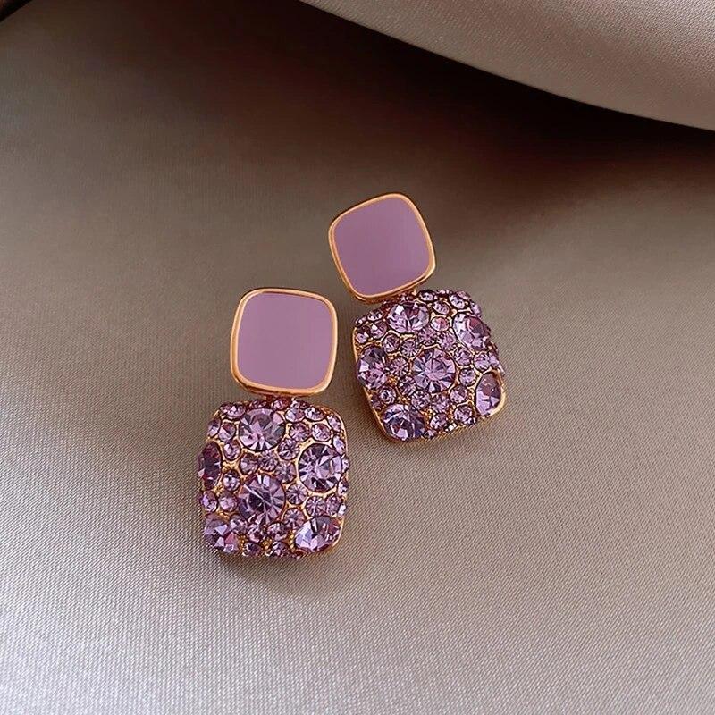 фиолетовые блестящие женские серьги с геометрическим рисунком и кристаллами