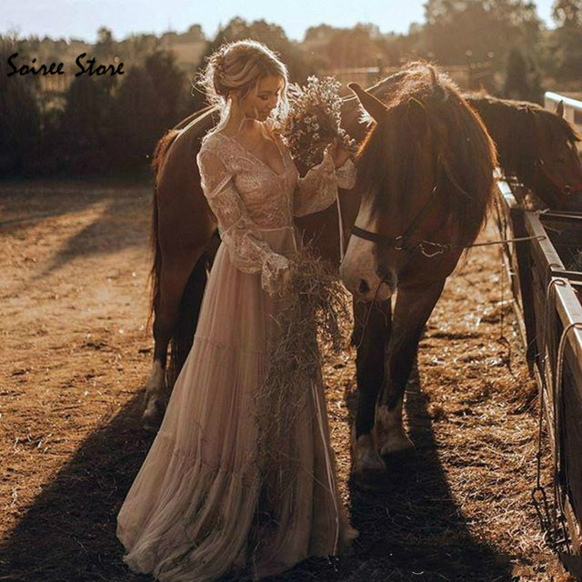 Фото женское свадебное платье в стиле бохо с v образным вырезом и