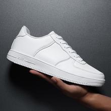 Męskie skórzane trampki antypoślizgowe buty do biegania oddychające męskie buty sportowe na co dzień białe męskie buty na co dzień modne płaskie buty tanie tanio okkdey PŁÓTNO CN (pochodzenie) Sznurowane Dobrze pasuje do rozmiaru wybierz swój normalny rozmiar men s runningshoes