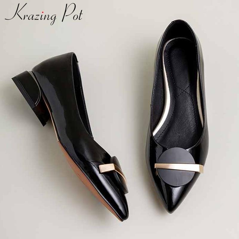 Krazing pot tamanho grande sapatos de couro genuíno metal decorações deslizamento no dedo do pé apontado med saltos primavera moda feminina bombas sólidas l06