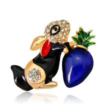 Popular creative ornaments, fashion cartoon Korean version of rabbit brooch alloy insert drill drop oil lady corsage spot
