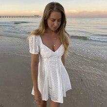 Robe de plage en dentelle blanche brodée, élégante, ajourée, courte, epaules denudea, manches bouffantes, pure, ete, 2021