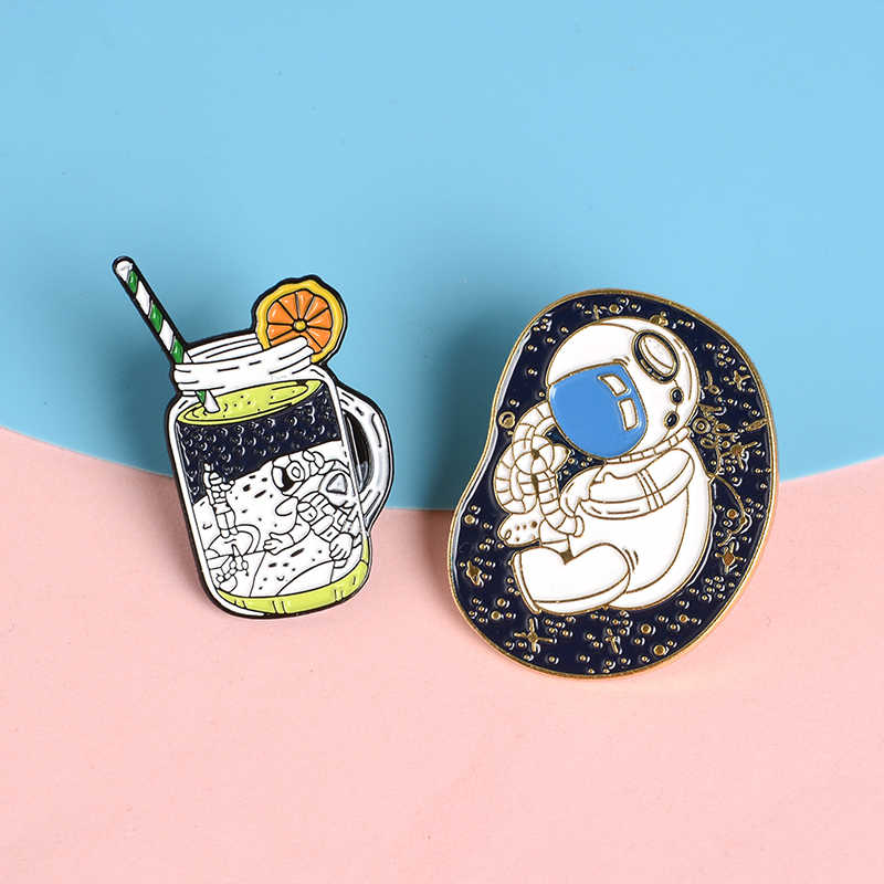 Astronot Botol Bayi Pin Lezat Ruang Jus Enamel Pin Lencana Kemeja Tas Hadiah Perhiasan Indah Perjalanan Ruang Angkasa Lapel Pin Bros