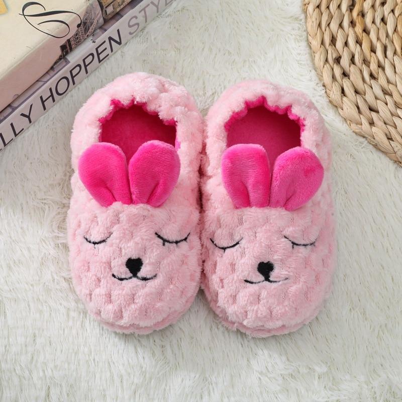 Hb8a2427e989345c6b16af727fb2601f0V Pantufa infantil de pelúcia para meninos e meninas, sapatos quentes de algodão para crianças, chinelos fofos e confortáveis de animais do inverno 2019