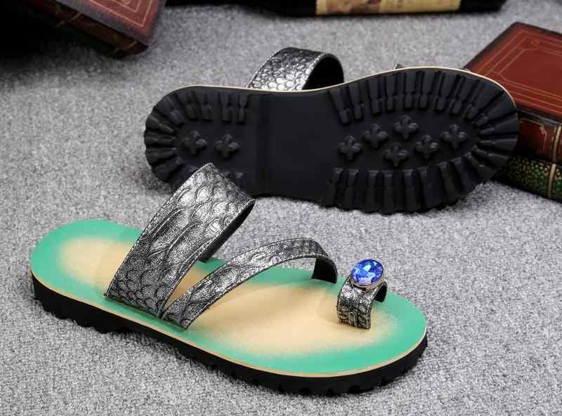 Yeni yaz kabartmalı erkek sandalet deri çift kullanımlı plaj ayakkabısı rahat perçinler sandalet