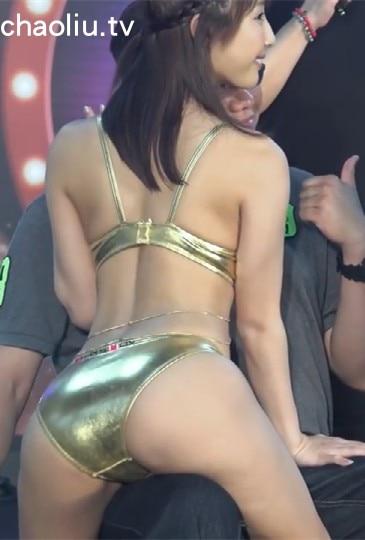 日本顶级女忧彩美旬果身着比基尼坐在粉丝身上蠕动