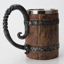 Большая кружка для питья из сырой древесины изолированная с