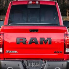 Um conjunto porta traseira do carro 3d ram carta logotipo emblema tronco traseiro emblema adesivo para dodge ram 1500 2015 2016 2017 2018