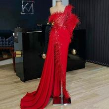 Платье для выпускного вечера с красными перьями и бусинами на