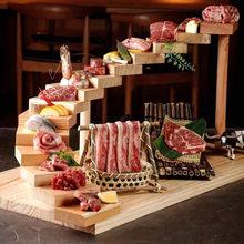 Função de madeira maciça. Placa de sushi rotativa. Fontes do hotel. Lanche cremalheira. Art pratos.