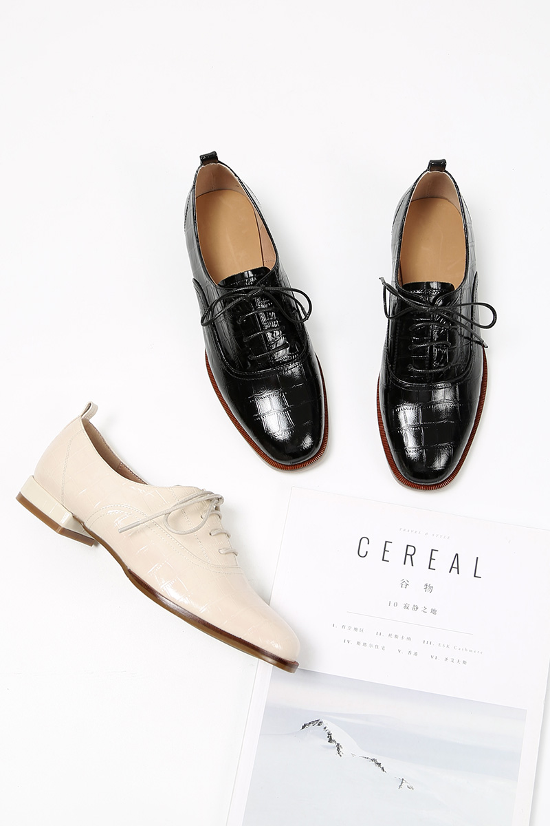 Из натуральной коровьей кожи; Мужские туфли с перфорированным носком; Шнуровка; Дамская обувь с перфорацией типа «броги» на плоской подошве...