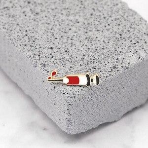 Image 1 - Moda strzykawka Pin sprzęt medyczny narzędzie broszki kreatywne emaliowane kurtki obroża szpilki torba ze znaczkami biżuteria prezenty dla lekarza pielęgniarka