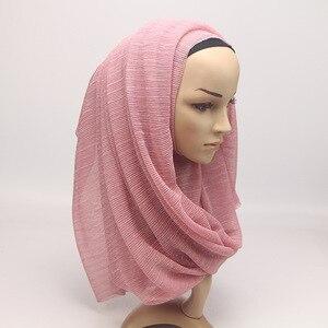 Image 4 - 2020 새 여름 숙 녀 골드 이슬람 Crinkle 주름 반짝이 쉬머 Hijab 스카프 목도리 여성 Pleated 이슬람 아랍 머리 스카프