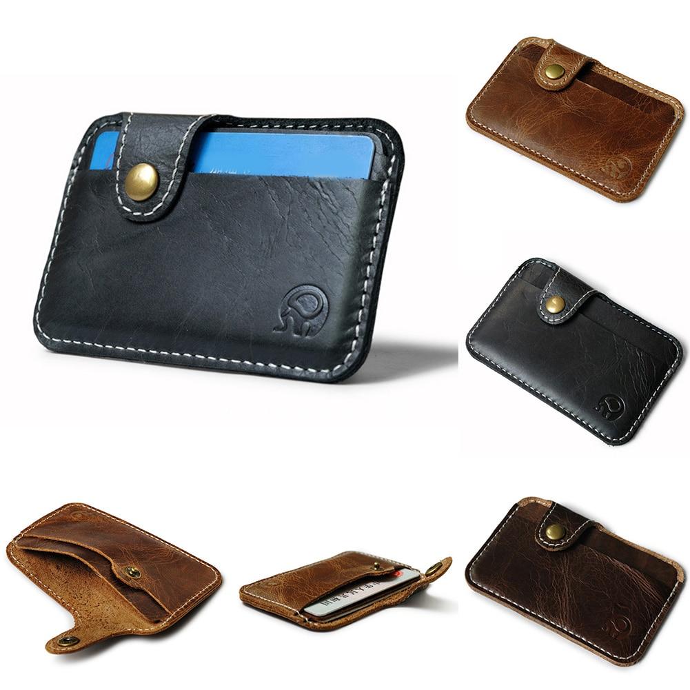 Titular do cartão de identificação do dinheiro do negócio dos homens que obstrui a carteira fina caso do cartão da bolsa da moeda