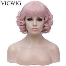 VICWIGสั้นCurly WigsกับBangsสีชมพูสีแดงสีดำสีขาวสีเทาสังเคราะห์วิกผมคอสเพลย์สำหรับผู้หญิงทนความร้อน
