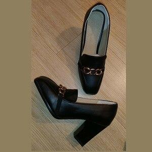 Image 5 - Plus rozmiar 48 nowe wysokie obcasy damskie czółenka luksusowi projektanci czarne białe Party buty biurowe kobieta markowy łańcuszek Casual Dress Pumps