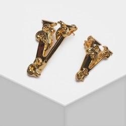 Асимметричные стильные металлические серьги-гвоздики с надписью v