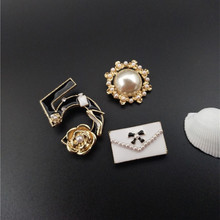 High Quality Women Fashion Brooch Jewelry Lady  Fur Pearl 5 Letter Design Brooches