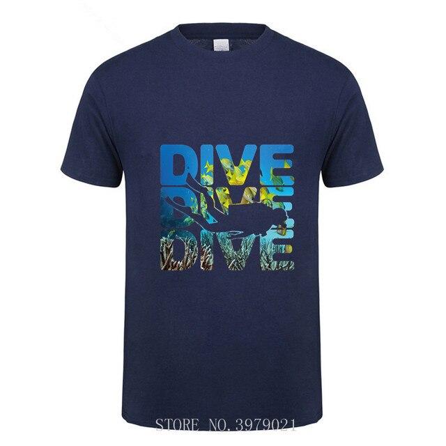 Di nuovo Disegno Uomo T-Shirt Stampata SCUBA DIVER dive giù bandiera Dive divertente Nero T Shirt Mens 2018 Nuovo di Disegno di marca estate semplice Tee