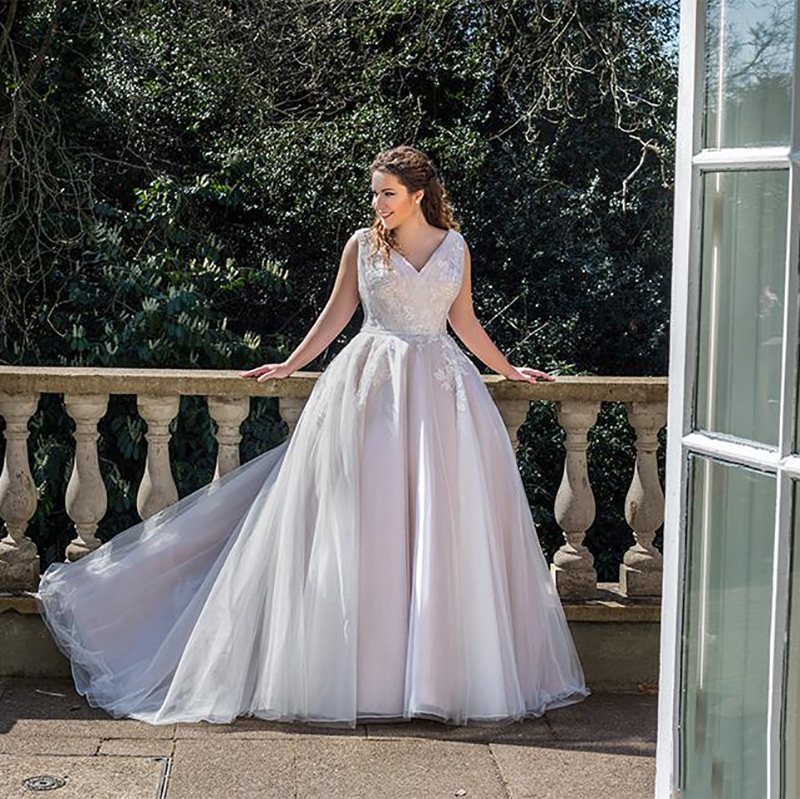 Smileven Plus Size Wedding Dress Sleeveless V Neck Appliques Lace Wedding Gowns 2019 A-Line Custom Made Elegant Bride Dresses