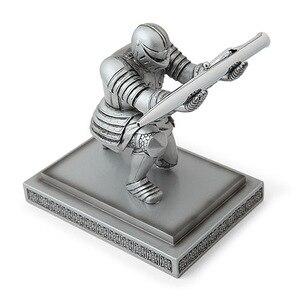 1pc decoração de casa estatueta caneta titular cavaleiro caneta assento armadura herói caneta estande papelaria decoração do desktop