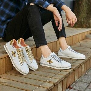 Image 5 - Zapatos planos con bordado de abeja para hombre, zapatillas masculinas de suela plana, informales, con purpurina, a la moda