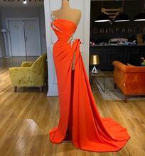 Женское длинное вечернее платье с юбкой годе оранжевое одним